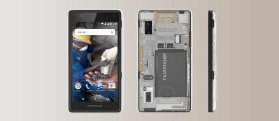 Foto que muestra la parte delantera del Fairphone y la trasera, que es abierta y muestra la maquinaria interior